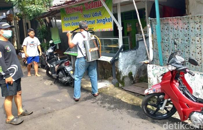 Kawasan Menteng Dalam, Jakarta, masuk dalam zona merah penyebaran Corona. Warga langsung berinisiatif melakukan operasi disinfeksi dari rumah ke rumah.