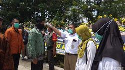 Suasana Makam Ibunda Jokowi, Pelayat Dites Suhu Badannya