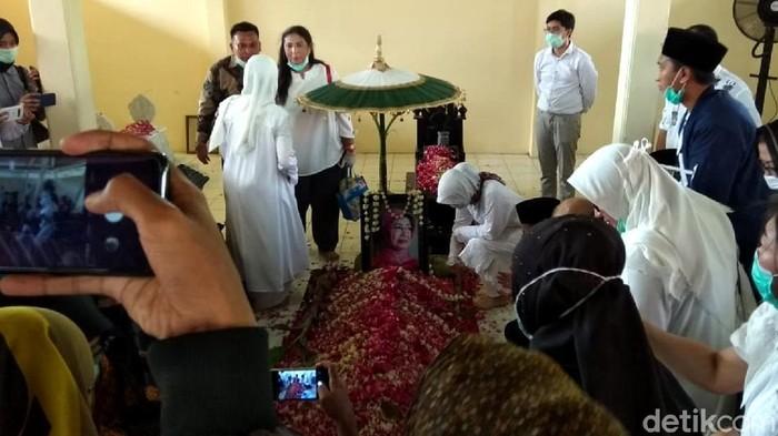 Jenazah ibunda Presiden Joko Widodo (Jokowi), Sudjiatmi Notomihardjo, dimakamkan di tempat pemakaman keluarga, Mundu.