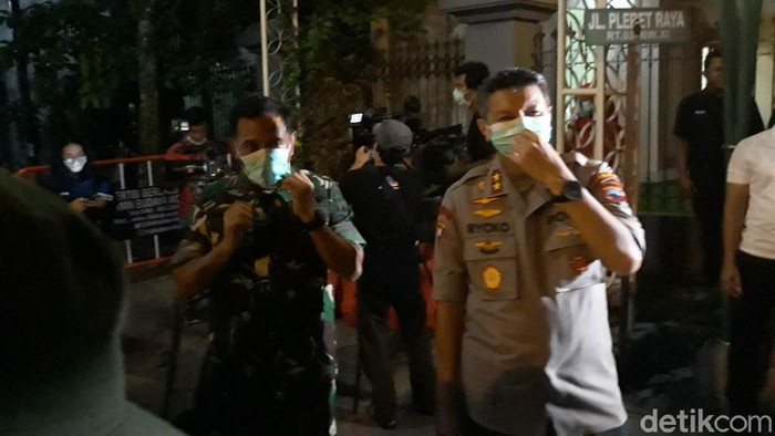 Pengamanan di sekitar rumah duka ibunda Presiden Jokowi di Solo, Rabu (25/3/2020).