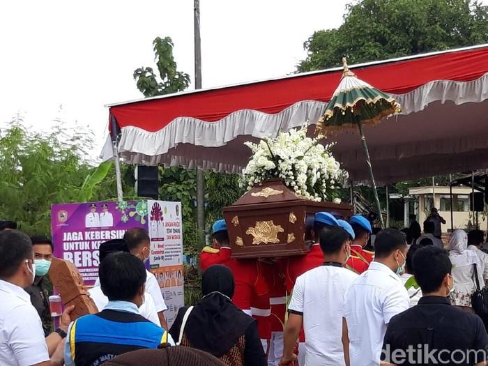 Jenazah ibunda Jokowi tiba di pemakaman, Karanganyar.