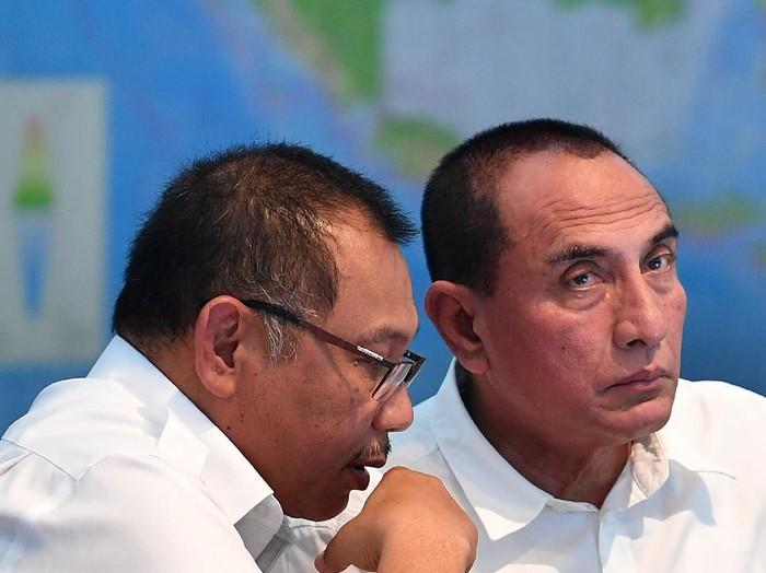 Gubernur Sumatera Utara Edy Rahmayadi (kanan) berbincang dengan Plt Wali Kota Medan Akhyar Nasution sebelum rapat terbatas di Kantor Presiden, Jakarta, Rabu (11/3/2020). Rapat yang dipimpin Presiden Joko Widodo tersebut membahas percepatan penyelesaian permasalahan pertanahan Sumatera Utara. ANTARA FOTO/Sigid Kurniawan/ama.