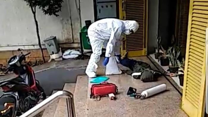 Viral WNA Dievakuasi oleh Petugas Pakai APD di Jaksel