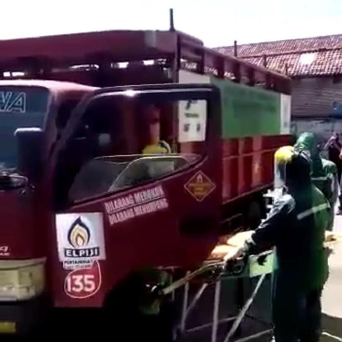 Video evakuasi seseorang dari truk pengangkut elpiji beredar melalui aplikasi percakapan WhatsApp. Yang menarik perhatian, petugas yang mengevakuasi mengenakan alat pelindung diri (APD) virus corona.