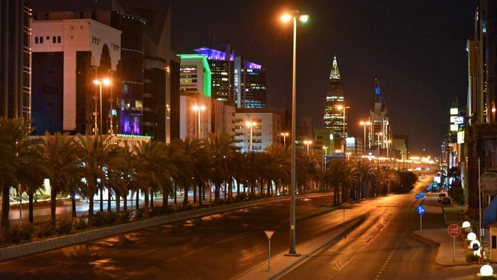 A picture taken on March 23, 2020, shows the empty King Fahd road in the Saudi capital Riyadh after authorities imposed a curfew for 21 days to curb the spread of the COVID-19 coronavirus pandemic. (Photo by FAYEZ NURELDINE / AFP)