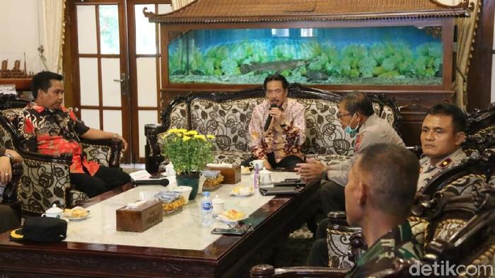 Pilkades serentak di Sidoarjo yang rencananya akan digelar 19 April mendatang akhirnya ditunda. Penundaan itu sesuai saran dan imbauan dari Menteri Dalam Negeri.