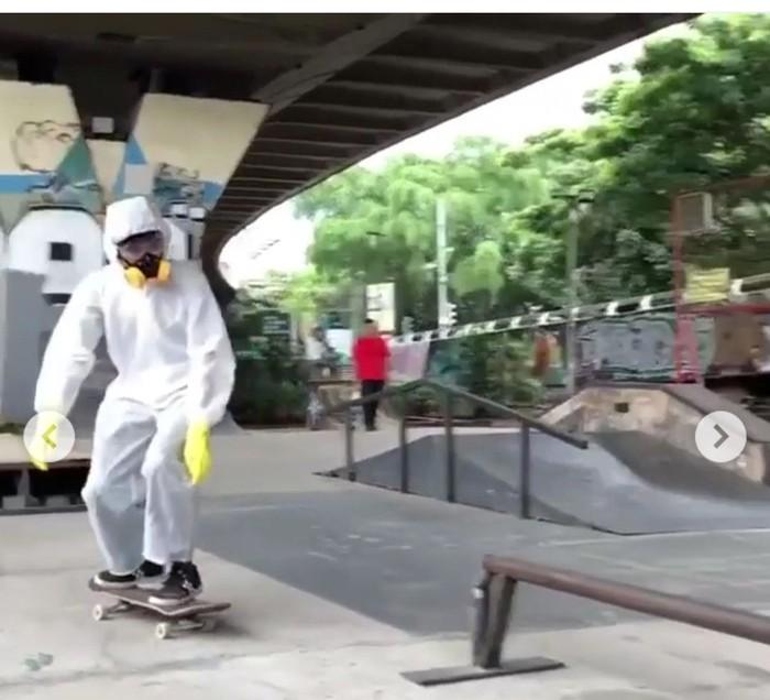 Pemain Skateboard Pakai APD