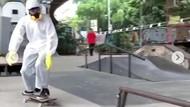 Pria Pakai APD Main Skateboard di Bandung, IDI: Itu untuk Tenaga Medis!