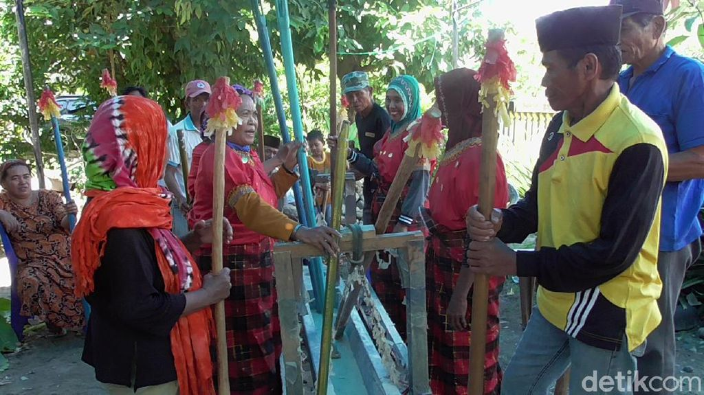 Warga Polman Gelar Tradisi Mappadendang di Tengah Wabah Corona