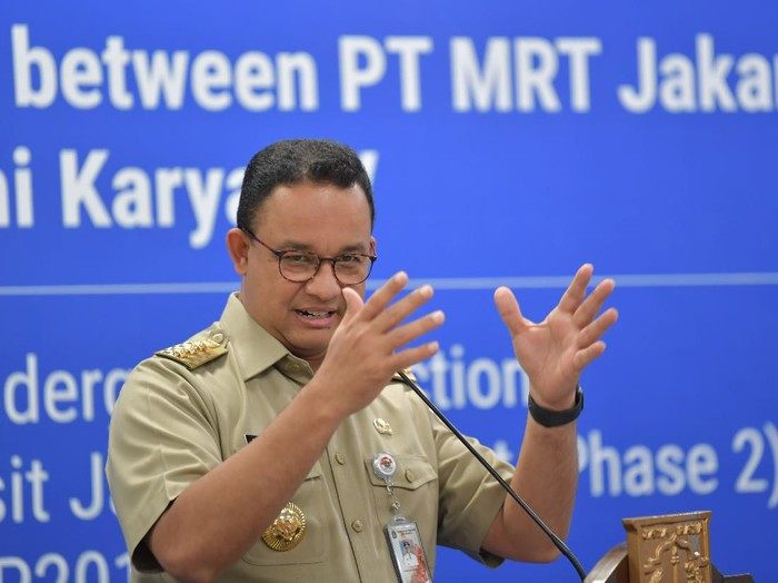 Gubernur DKI Jakarta Anies Baswedan menyampaikan sambutan disela-sela penandatanganan kerja sama (MOU) proyek pembangunan MRT fase 2A dan lingkup kerja CP201 di Stasiun Bundaran Hotel Indonesia (HI), Jakarta, Senin (17/2/2020). CP201 melingkupi pekerjaan pembangunan dua stasiun bawah tanah yaitu Stasiun Thamrin dan Stasiun Monas dengan panjang terowongan 2,8 km dari HI ke Harmoni yang ditargetkan selesai pada Desember 2024. ANTARA FOTO/M Risyal Hidayat/aww.