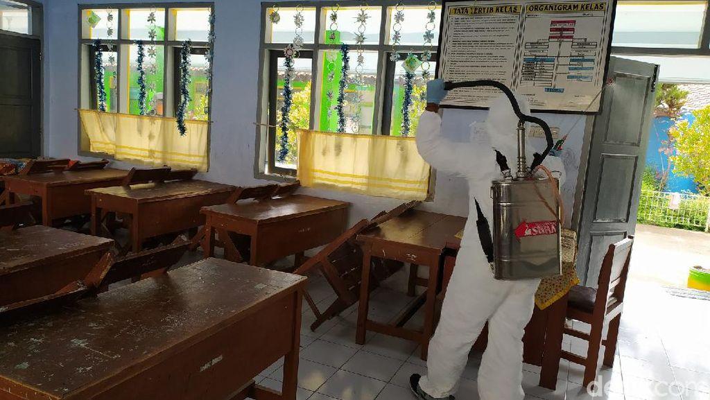 Cegah Corona, Sekolah di Ciamis Disemprot Disinfektan