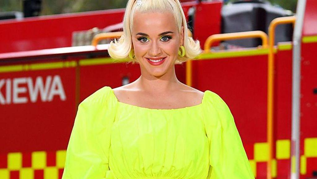 Katy Perry Joget & Pamer Perut Buncit, Netizen Ragukan Keaslian Baby Bump