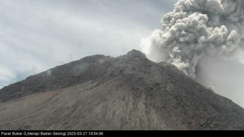 Gunung Merapi erupsi, Jumat (27/3/2020).