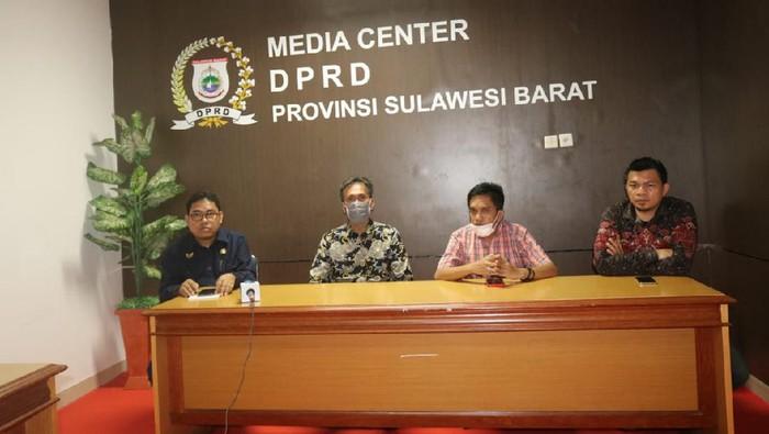Kiri-Kanan, Wakil Ketua DPRD Sulbar, Abdul Rahim, Usman Suhuriah dan Abdul Halim, serta anggota DPRD Sulbar Hatta Kainang.