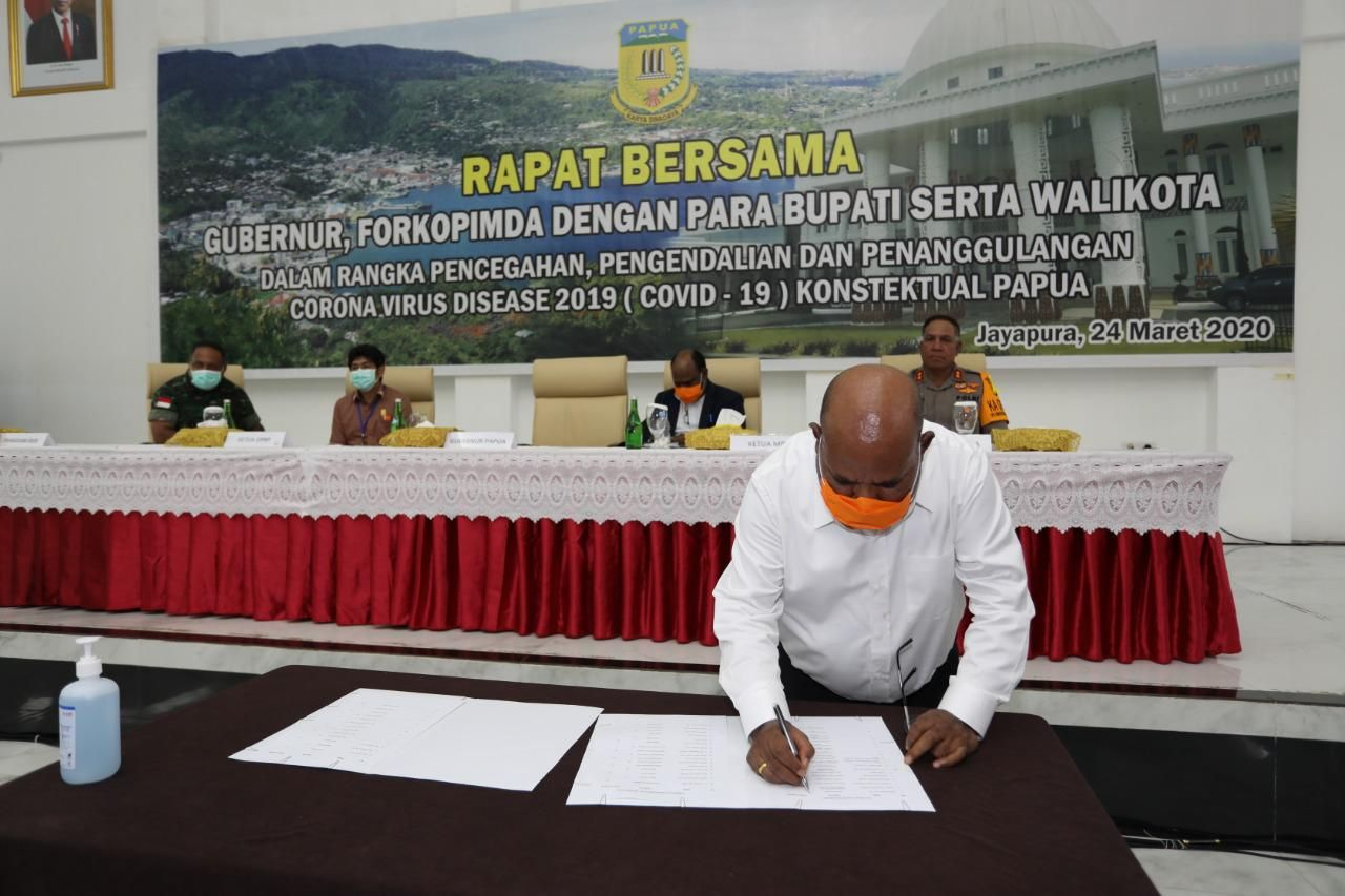 Gubernur Papua Lukas Enembe saat menandatangani kesepakatan bersama penutupan Papua. (Dian Mustikawati Fotografer Gub Papua)