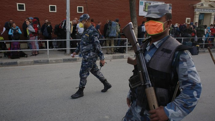 Puluhan turis asal Jerman dievakuasi dari Nepal pasca negara tersebut lockdown akibat wabah corona. Diperkirakan sekitar 10.000 turis terdampar di Nepal semenjak negara tersebut menutup diri karena corona.