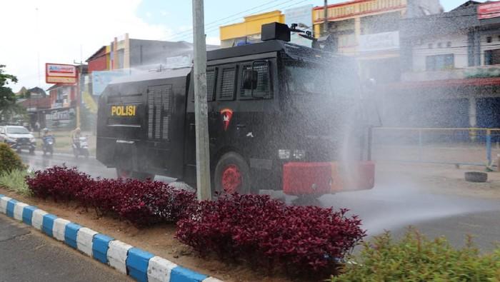 Penyemprotan cairan disinfektan di jalan Kota Bengkulu.