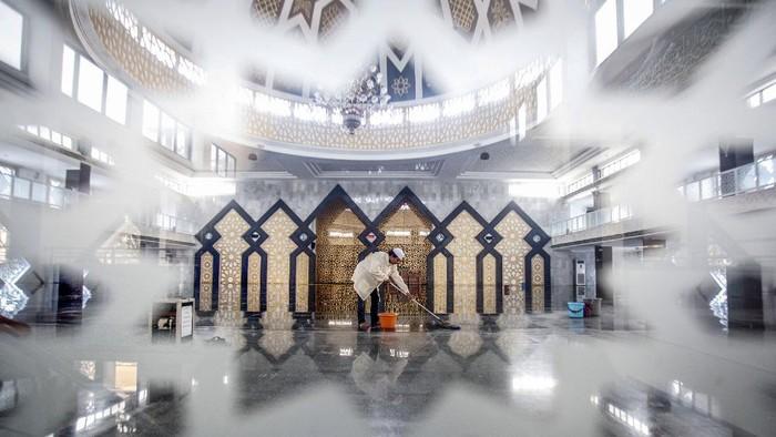 Pengurus masjid membersihkan Masjid Agung Baitul Faidzin pada waktu jam ibadah shalat Jumat di Cibinong, Bogor, Jawa Barat, Jumat (25/3/2020). Ketua Dewan Pertimbangan Majelis Ulama Indonesia (MUI) Din Syamsuddin mengimbau umat Muslim untuk sementara mengganti shalat Jumat dengan shalat zhuhur di rumah dalam kondisi darurat seperti sekarang ini, hal itu lantaran masih merebaknyavirus corona (COVID-19) di Indonesia. ANTARA FOTO/Yulius Satria Wijaya/foc.