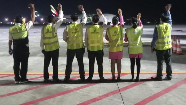 Di Indonesia, pada 24 Maret 2020, kru Emirates di bandara memberikan salam perpisahan pada penerbangan terakhir dari Denpasar, Bali (EK 451 dan EK 399) menuju Dubai pada 24 Maret lalu.