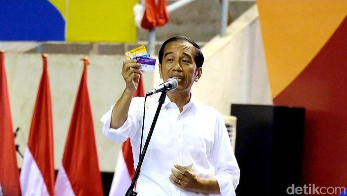 Jokowi Kenalkan Kartu Sembako Murah pada sebuah acara.