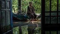 Kisah Keluarga yang Bertahan Sendirian di Tengah Desa yang Tenggelam