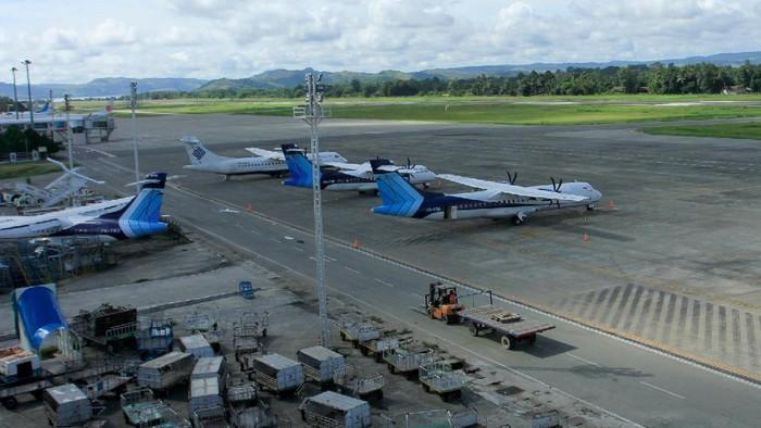 Petugas mengukur suhu sebelum beraktivitas di Bandara Sentani, Jayapura, Papua, Jumat (27/3/2020). Pemprov Papua menutup penerbangan penumpang ke seluruh bandara di Papua sejak 26 Maret hingga 4 April untuk mencegah penyebaran virus corona atau COVID-19. ANTARA FOTO/Gusti Tanati/nz.