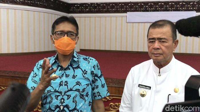 Gubernur Sumbar Irwan Prayitno (kiri) dan Wagub Sumbar Nasrul Abit (Jeka Kampai/detikcom)