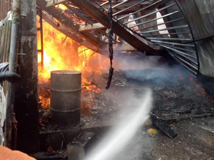 kebakaran bangunan di jalan manyar