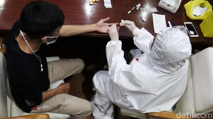 37 Jurnalis di Pemkot Bandung menjalani rapid tes virus corona (Covid-19). Hasilnya, mereka semua dinyatakan negatif dari virus corona.