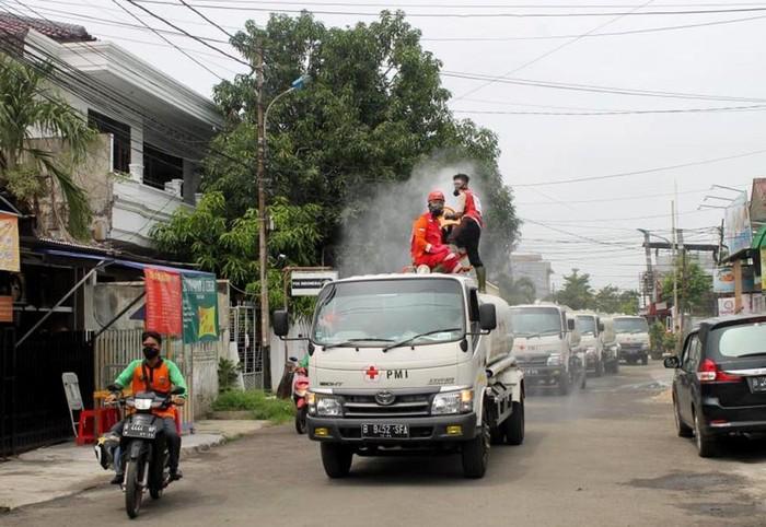 PMI bersama relawan melakukan penyemprotan disinfektan di wilayah Jakarta Utara. Beginilah potretnya.