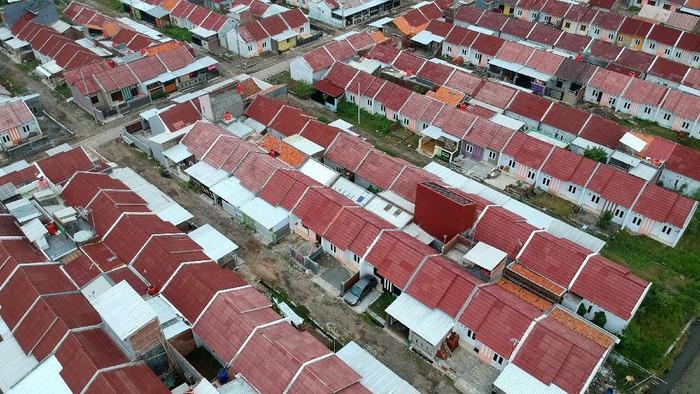 Foto aerial perumahan subsidi di Kelurahan Pesurungan, Tegal, Jawa Tengah, Jumat (7/2/2020). Kementerian Pekerjaan Umum dan Perumahan Rakyat bekerjasama dengan Bank Tabungan Negara (BTN) sebagai penyalur KPR Subsidi bagi Masyarakat Berpenghasilan Rendah (MBR), mengalokasikan anggaran untuk Fasilitas Likuiditas Pembiayaan Perumahan (FLPP) pada 2020 sebesar Rp11 triliun untuk memfasilitasi 102.500 unit rumah. ANTARA FOTO/Oky Lukmansyah/pd.