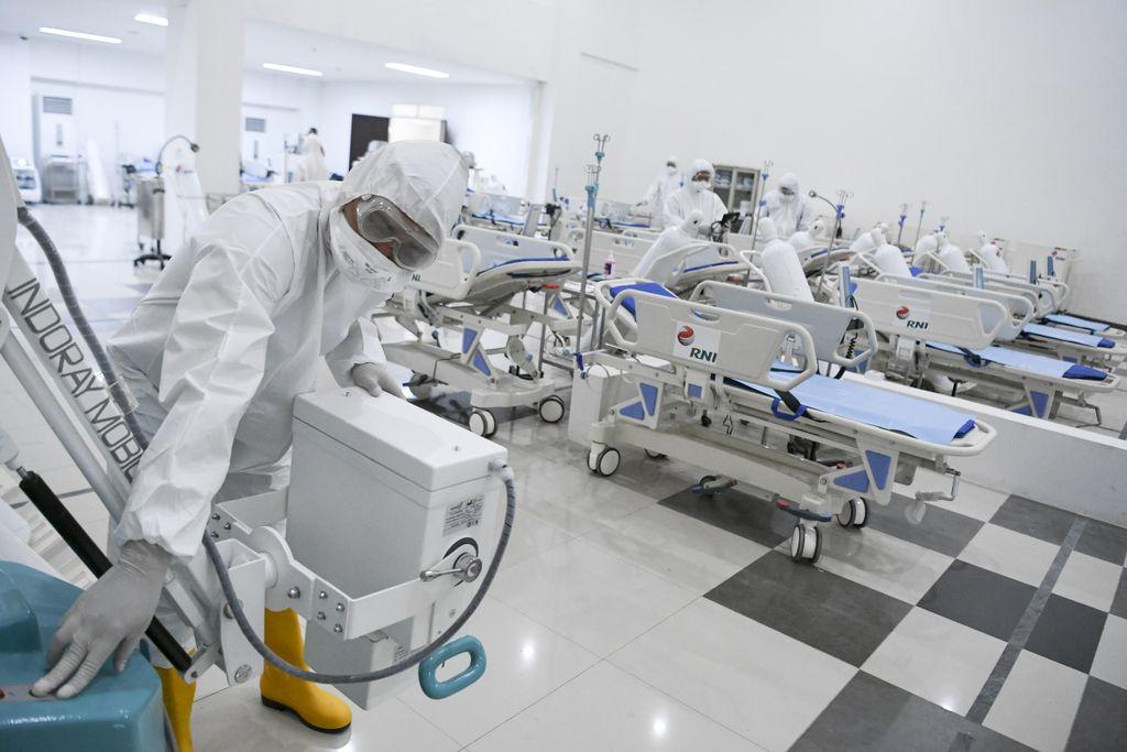 Petugas kesehatan memeriksa alat kesehatan di ruang IGD Rumah Sakit Darurat Penanganan COVID-19 Wisma Atlet Kemayoran, Jakarta, Senin (23/3/2020). Rumah Sakit Darurat Penanganan COVID-19 Wisma Atlet Kemayoran itu siap digunakan untuk menangani 3.000 pasien. ANTARA FOTO/Hafidz Mubarak A/Pool/aww.