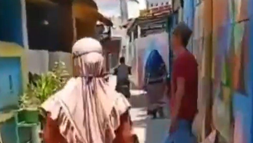 Ibu RT di Makassar Bubarkan Aktivitas Warga di Luar Rumah