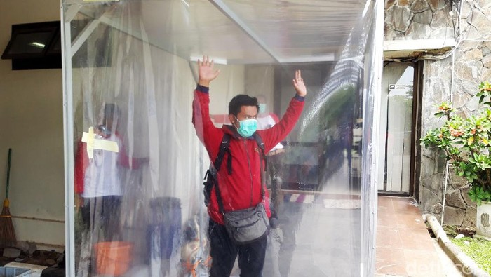 Pemkab Boyolali membuat bilik sterilisasi atau ruangan khusus untuk penyemprotan disinfektan. Begini bentuk bilik sterilisasi dalam rangka mencegah penyebaran virus corona.