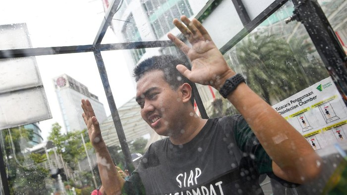 Upaya pencegahan penyebaran virus corona terus digalakkan sejumlah wilayah di Indonesia, mulai dari Istana Kepresidenan hingga ruang publik begini foto-fotonya.