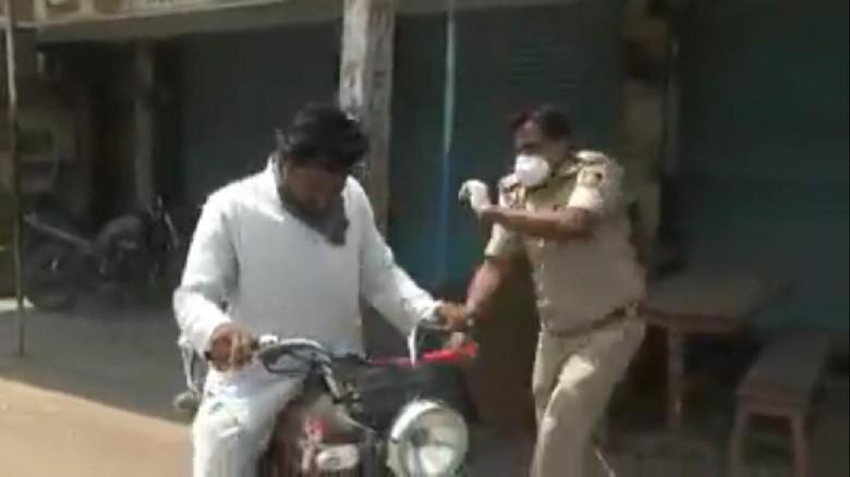 Polisi India pukul pengendara yang bandel saat lockdown
