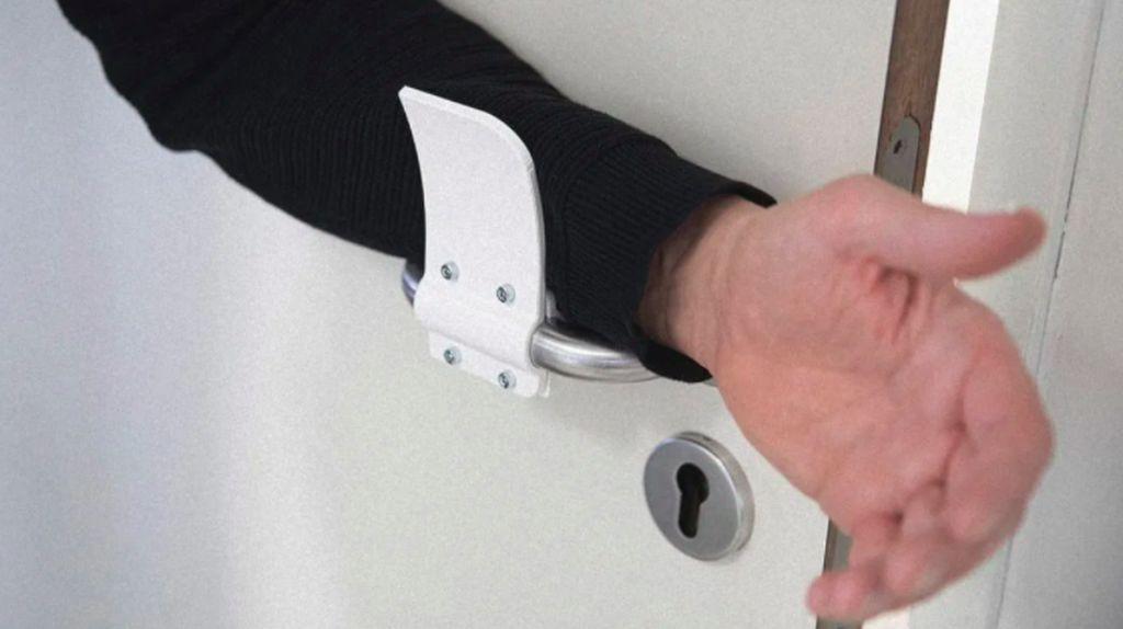 Aman! Alat Ini Bantu Kalian Tidak Pegang Handle Pintu