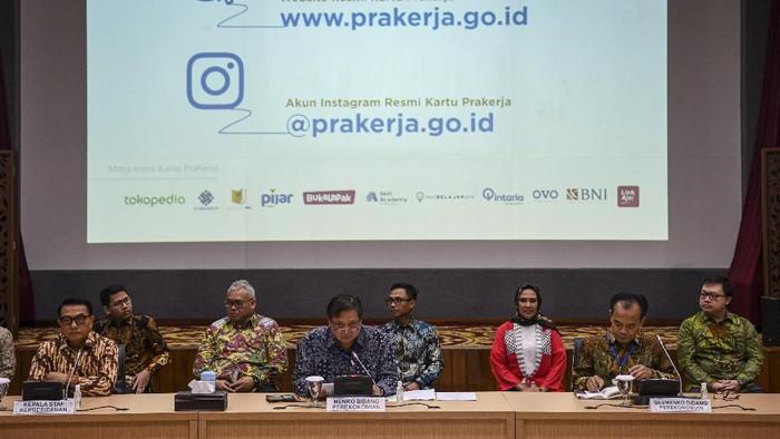 (kiri depan ke kanan depan) Kepala Staf Kepresidenan Moeldoko, Menko Perekonomian Airlangga Hartarto, Sesmenko Susiwijono dan perwakilan mitra resmi Karu Prakerja memberikan keterangan kepada wartawan terkait peluncuran situs resmi Kartu Prakerja di kantor Kemenko Perekonomian, Jakarta, Jumat (20/3/2020). Pemerintah resmi meluncurkan situs Kartu Prakerja yang diharapkan dapat membantu tenaga kerja yang terdampak COVID-19 untuk meningkatkan keterampilan melalu berbagai jenis pelatihan secara daring yang dapat dipilih sesuai minat masing-masing pekerja. ANTARA FOTO/Nova Wahyudi/pd