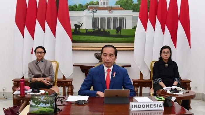 Presiden Joko Widodo (tengah) didampingi Menlu Retno Marsudi (kiri) dan Menkeu Sri Mulyani mengikuti forum KTT Luar Biasa G20 secara virtual dari Istana Bogor, Jawa Barat, Kamis (26/3/2020). KTT yang digagas oleh Arab Saudi selaku Ketua G20 tahun ini tersebut membahas upaya negara-negara anggota G20 dalam penanganan COVID-19. ANTARA FOTO/HO/Biro Pers Sekretariat Presiden/Muchlis Jr/sgd/aww.