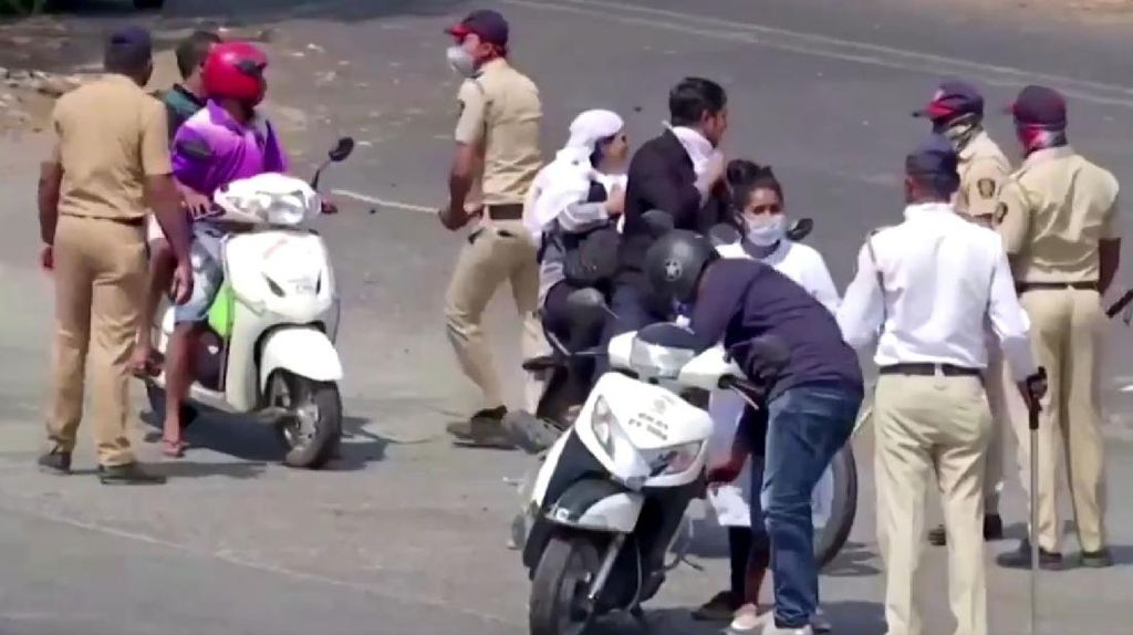 Sadis atau Tegas? Polisi India Pukuli Pemotor di Jalan Saat Lockdown