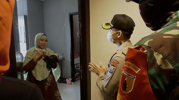 Polisi, TNI dan Pemkot Surabaya bahu membahu mencegah penyebaran virus corona. Salah satunya dengan physical distancing di permukiman tengah kota.