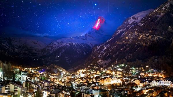 Seniman cahaya Swiss Gerry Hofstetter mengirim pesan solidaritas kepada mereka yang terinfeksi virus korona (covid-19) di resor Pegunungan Zermatt, Swiss (AP/Valentin Flauraud)