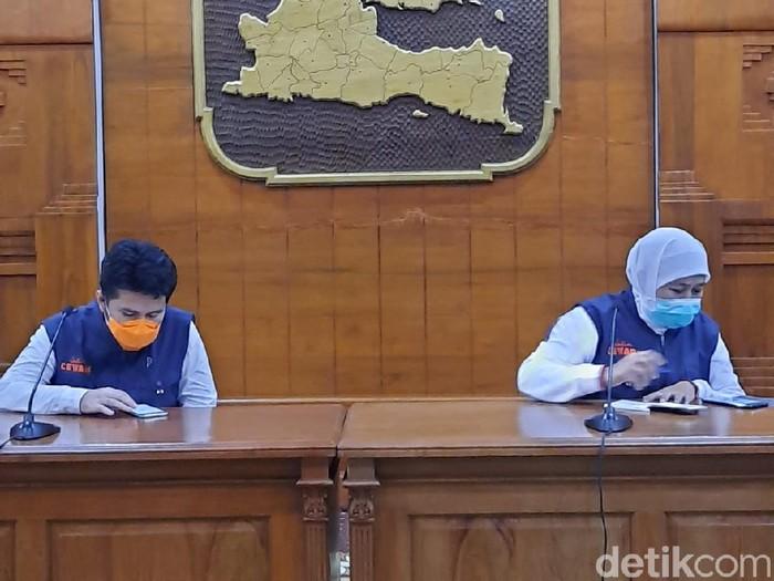 Gubernur Jawa Timur Khofifah Indar Parawansa menyampaikan ada 11 orang tambahan yang dinyatakan positif corona. Total, ada 77 pasien positif corona di Jatim.