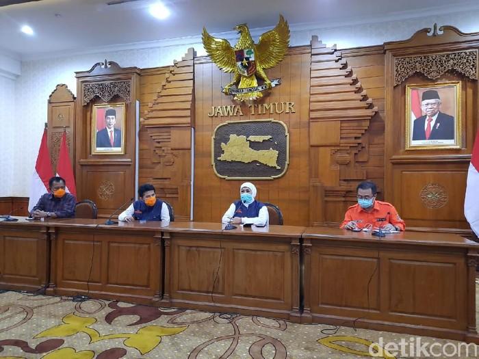 Gubernur Jawa Timur Khofifah Indar Parawansa mengupdate jumlah kasus corona di Jatim. Hingga pukul 17.00 WIB, ada 4.568 ODP, 307 PDP dan 77 orang positif corona.