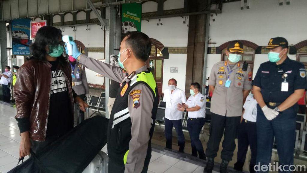 Ganjar Ingin Polisi Corona Lebih Cerewet ke Warga yang Masih Berkerumun