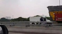 Bikin Virus Corona Minder, Perempuan Boncengan Motor Lawan Arah di Jalan Tol