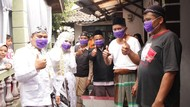 Tunda Resepsi Gegara Corona, Pengantin Ini Bagikan Masker ke Warga