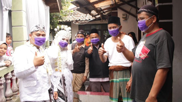 Pengantin Asal Bogor Bagikan Masker