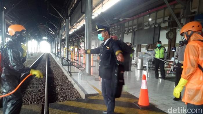 Polisi memeriksa pemudik yang baru tiba di Stasiun Tawang, Semarang, Sabtu (28/3/2020).