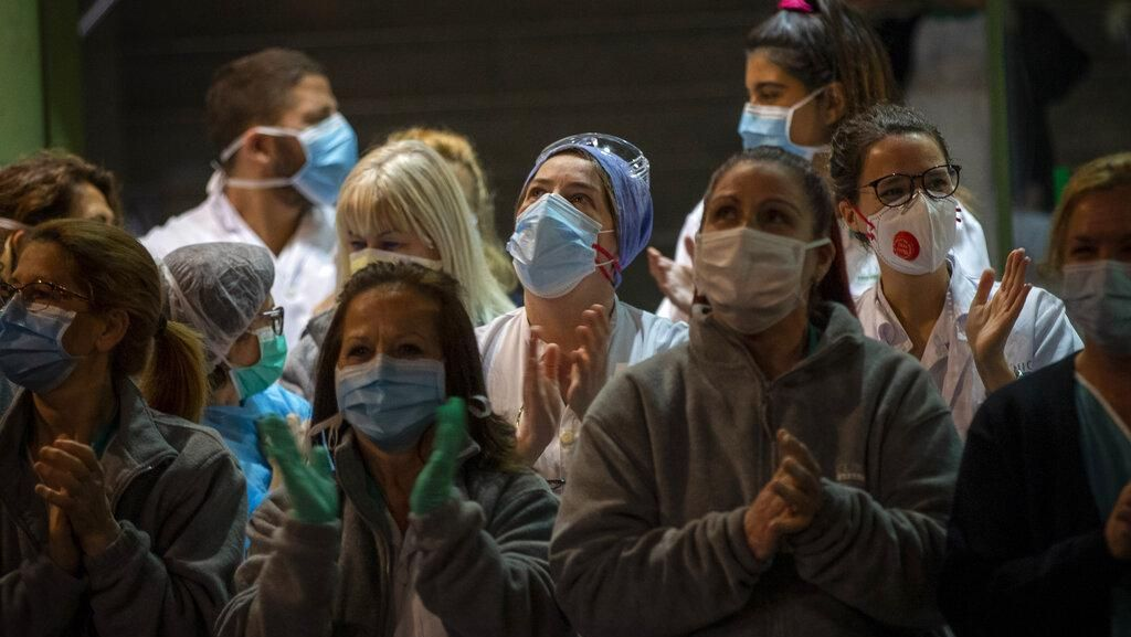 Begini Momen Haru Petugas Medis di Barcelona yang Bikin Baper